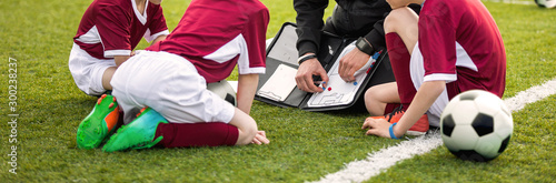 Fototapeta Coach coaching soccer kids soccer team