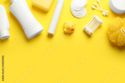 Pinturas sobre lienzo  Flat lay composition with baby cosmetic products on yellow background