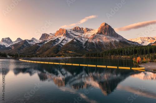 mount-lawrence-grassi-w-kanadyjskim-rockies-refleksji-nad-zbiornikiem-rano-w-rundle-forebay