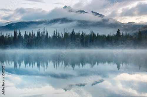 Tuinposter Ochtendstond met mist Lake in Oregon