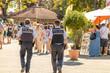 Polizisten laufen streife auf einer Veranstalzung