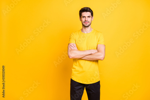 Fotografía  Portrait of his he nice attractive lovely calm content guy wearing tshirt folded