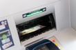 Geld an einem Geldautomaten Einzahlen