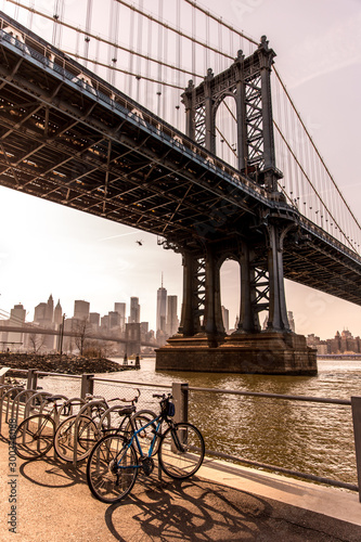 Tablou Canvas Manhattan Bridge in New York City seen from Brooklyn Bridge Park