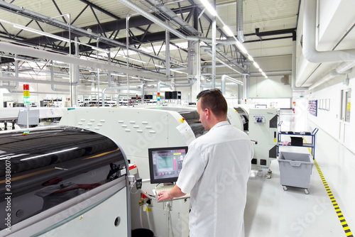 Fotografia engineering in microelectronics: workers in the production and assembly of elect