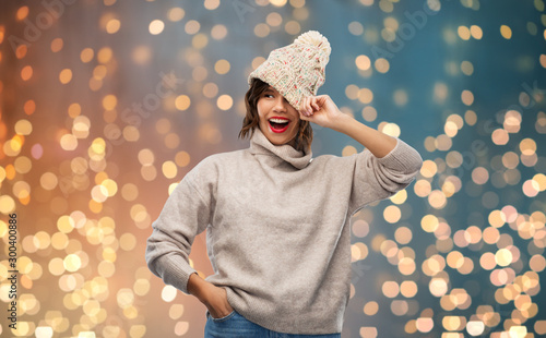 Fotografía  christmas, season and people concept - happy smiling young woman in knitted wint