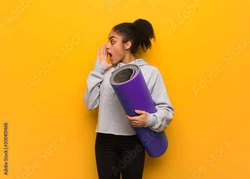 Photo Young fitness black woman whispering gossip undertone