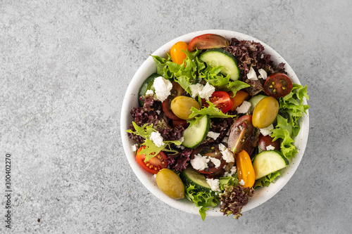 Pinturas sobre lienzo  Salad of fresh vegetables and herbs with olives and feta cheese.