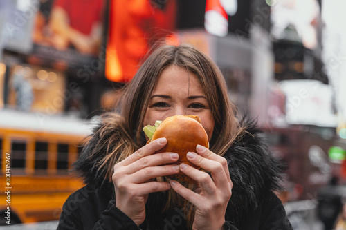 Photo woman has fun with junk food in the city of new york