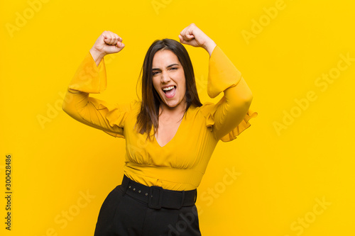 Fotografía young pretty woman shouting triumphantly, looking like excited, happy and surpri