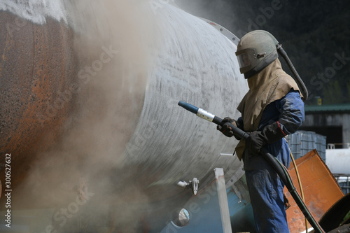 Vászonkép engineer sandblasting a steel casing