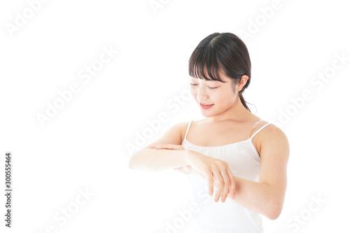 乾燥肌の対策をする若い女性 Obraz na płótnie