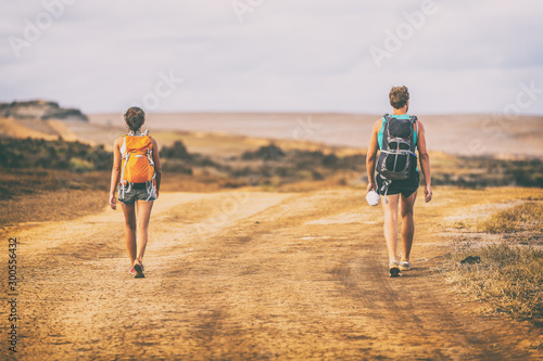 Hiking people walking on desert trail hike path with backpacks on mountain landscape nature Fototapet