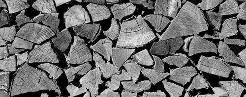 Fotobehang Brandhout textuur Brennholzstapel als Hintergrund und Textur in schwarz weiß