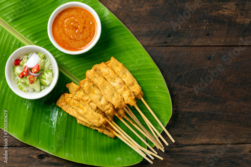 Fotografía Pork satay - Grilled pork served with peanut sauce or sweet and sour sauce on Ba