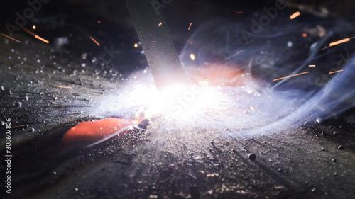 Fotografía  Welding metal macro background. Industrial welding light sparks.