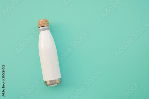 Fotografia  Reusable stylish eco friendly sustainable water bottle on light blue background