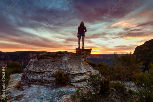 Obraz Podium lookout to views of sandstone cliffs of Blue Mountains - fototapety do salonu