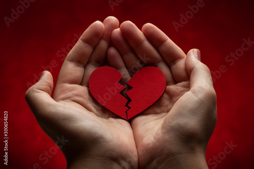 Fotomural Woman holds broken heart in her hands