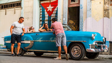 Group Of Multicultural Friends Having Fun In Havana - Cuba, Sightseeing The City In A Trendy Classic 1950 Vintage Car. Relaxed Atmosphere Of Two Couples Spending Vacation In The Caribbean Country.
