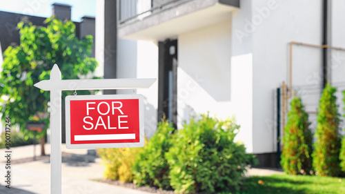 Cuadros en Lienzo Red real estate sign near house outdoors on sunny day