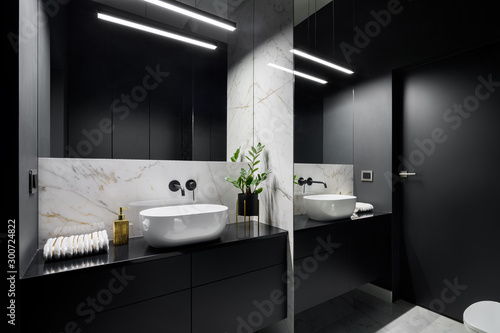 Black bathroom with mirror wall Fototapet