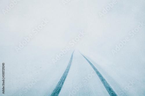 Autocollant pour porte Route dans la forêt Heavy snowfall. Snowy highway, poor visibility.