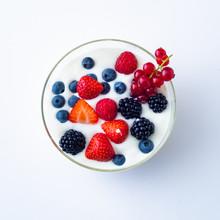 Joghurt Mit Frischen Beeren Isoliert Auf Weißen Hintergrund