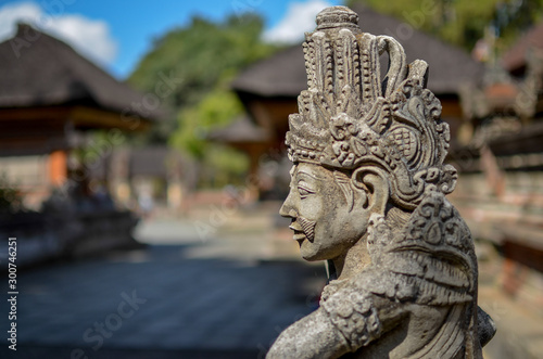 Tuinposter Indonesië Statue protecting the temple