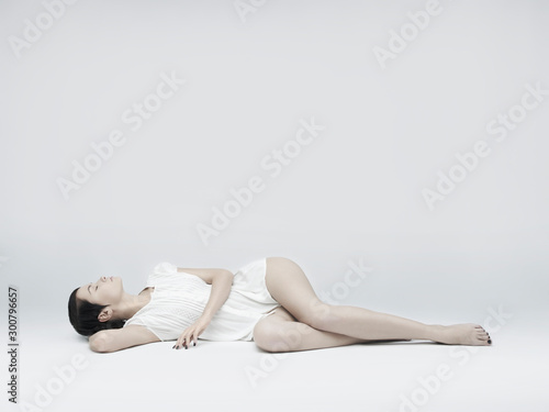 Autocollant pour porte womenART Elegant sitting lady