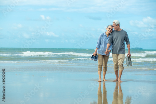 Papel de parede Happy Romantic Middle Aged Couple Enjoying Beautiful Sunset Walk on the Beach