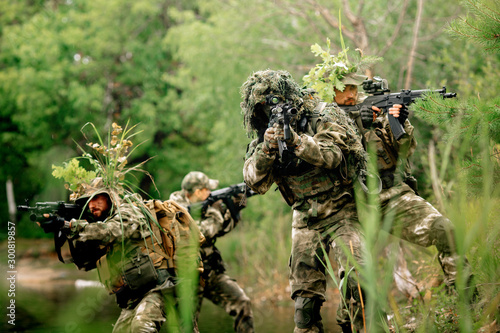 Pinturas sobre lienzo  Soldiers in a combat situation. Men play airsoft.