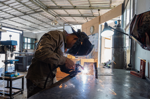 Photo Professional technicians are welding metal materials.