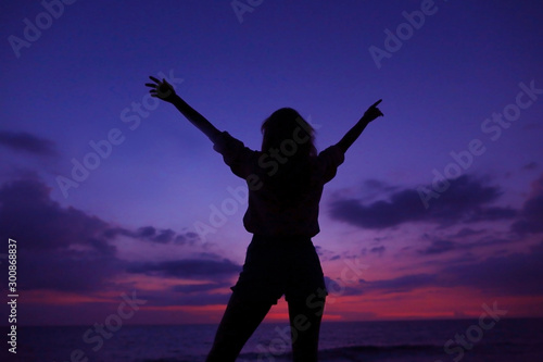 Montage in der Fensternische Violett Black female silhouette on violet sunset sky with clouds in backround, Hawaii.