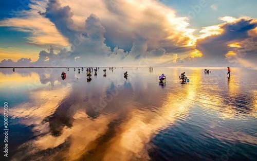Fotografía  fishermen catch fish at dawn in Asia