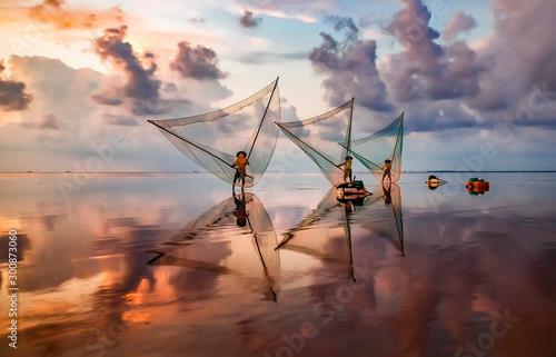 Fotomural  fishermen catch fish at dawn in Asia