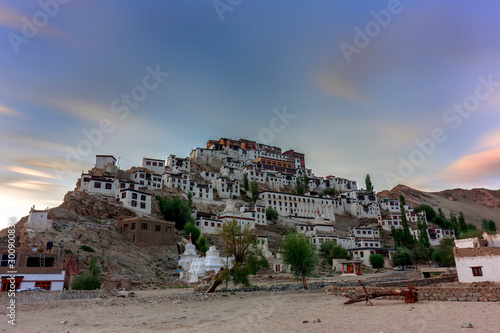 Photo An evening view of Thiksey Monastery (Thikse Gompa) Leh, India