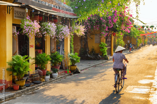 Fond de hotte en verre imprimé Velo Amazing view of old street in Hoi An at sunrise