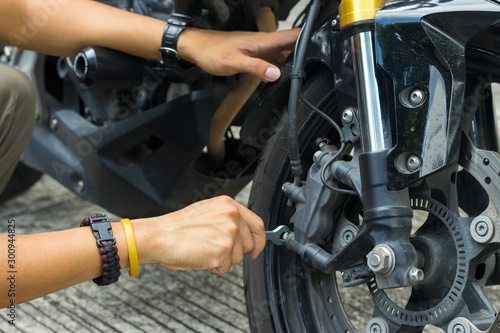 Photo  Mechanic fixing motocycle worn motorcycle drum breaks shoes