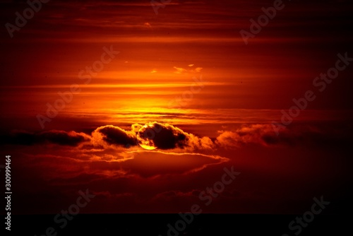 Foto auf Gartenposter Violett rot Breathtaking scenery of the sun setting in the sky creating the perfect evening view