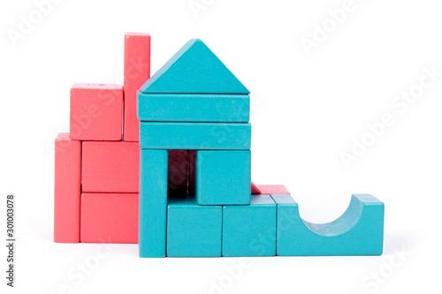 Fototapeta Zabawa klockami z drewna w różnych kolorach i kształtach. obraz