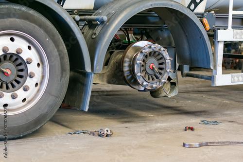 Cuadros en Lienzo  Taller de reparacion de neumaticos de camion