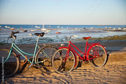 Autocollant pour porte Velo Vélo rouge sur les plage de Noirmoutier. France, paysage de Vendée