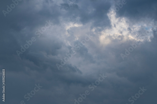 Photo Dark thunder clouds on the blue sky