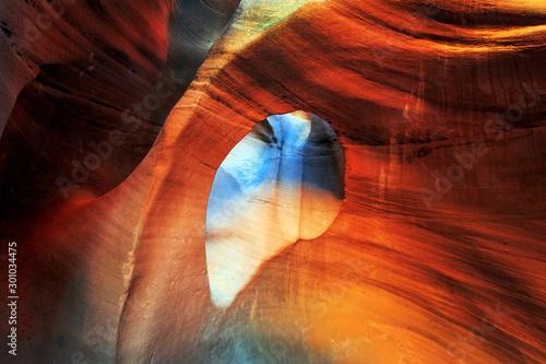 Montage in der Fensternische Braun Vivid arch in the Utah desert, USA.