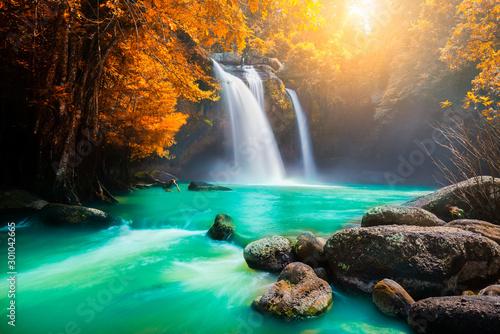 niesamowity-kolorowy-wodospad