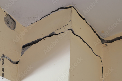 Fotografía  Old building  cracked concrete pole,Cracked concrete house pole