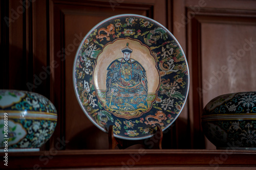 Fotografia Chinese antiques on top of a wooden cabinet