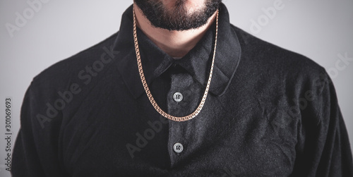 Foto Man with a expensive necklace. Fashion accessories and jewelry