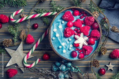 Fotografía Blue spirulina smoothie bowl
